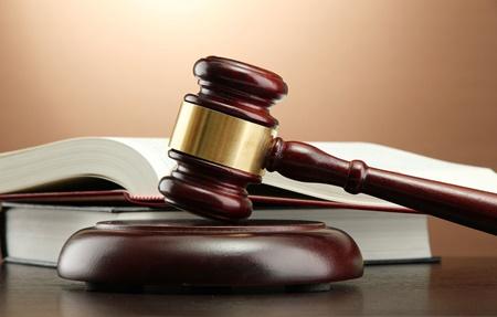 محاکمه پسر ۱۷ ساله ای که والدین خود را کشت/ جنایت خانوادگی با ترفند گازگرفتگی