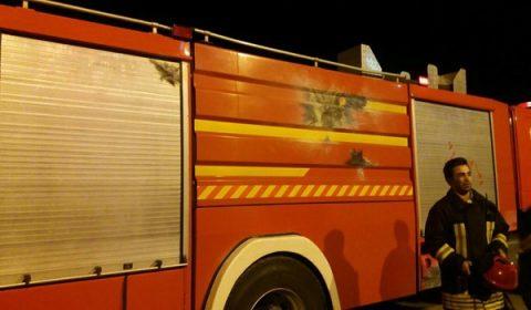 ماشین آتشنشانی بومهن، مورد اصابت پرتاب نارنجک دستساز قرار گرفت/ مجروحیت یکی از آتشنشانان آتشنشانی بومهن + تصاویر