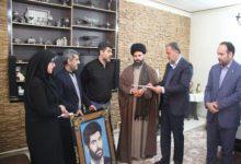 تصویر از مسئولان شهرستان پردیس از خانواده یک شهید دوران پیروزی انقلاب اسلامی تجلیل کردند